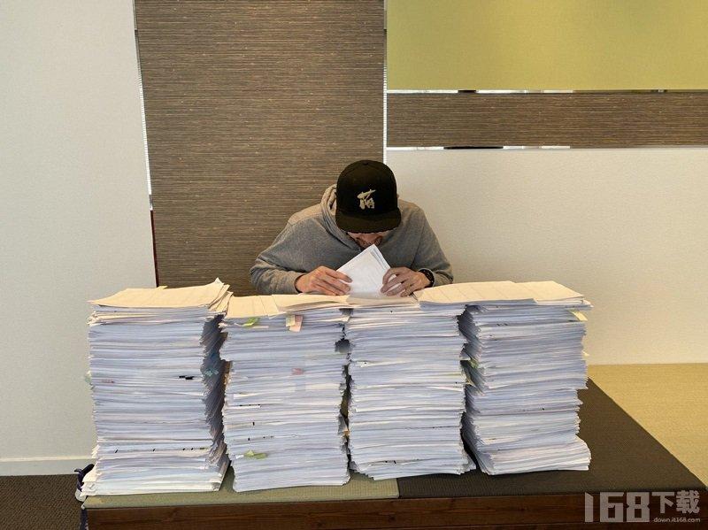 赛博朋克2077 游戏日配文件堆满整个桌子