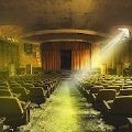 被遗弃的剧院逃生